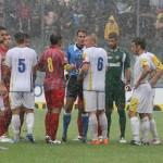I giocatori attorno all'arbitro dopo la sospensione della partita