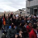 Gli adolescenti cremonesi in Piazza S. Pietro prima dell'udienza generale di stamattina.