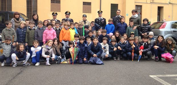 scolaresca-alla-caserma-dei-carabinieri
