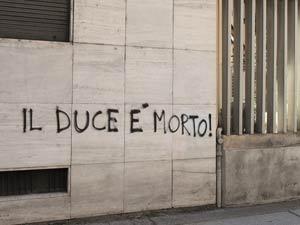 Scritte antifasciste contro sede casa pound muri puliti - Scritte muri casa ...