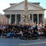 Foto di gruppo davanti al Pantheon.