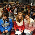 Gli adolescenti cremonesi nella basilica di S. Pietro, presso l'altare della Cattedra, per la professione di fede celebrata al termine dell'udienza generale di Papa Benedetto XVI.