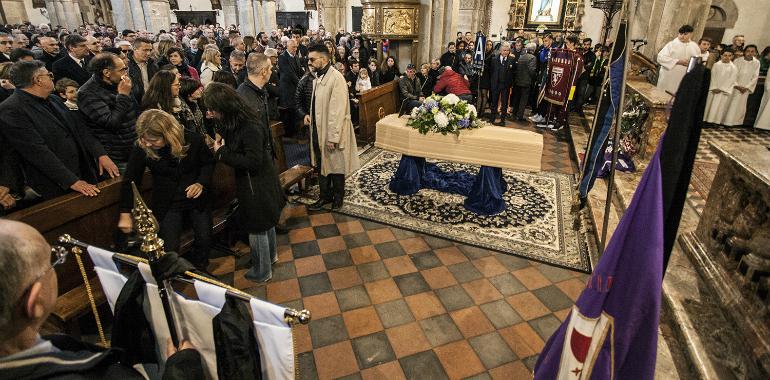 Folla Striscioni Bandiere E Cori Al Funerale Di Emiliano